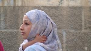 Donna con bambino in braccio in una strada di Damasco, Siria - Foto di Luisa Betti © 2007 - Tutti i diritti riservati