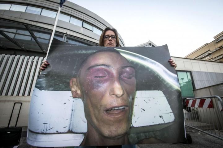 Ilaria Cucchi espone la foto del fratello Stefano davanti al Tribunale dopo aver ascoltato la sentenza di assoluzione