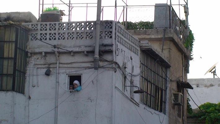 bambina-finestra damasco-bassa